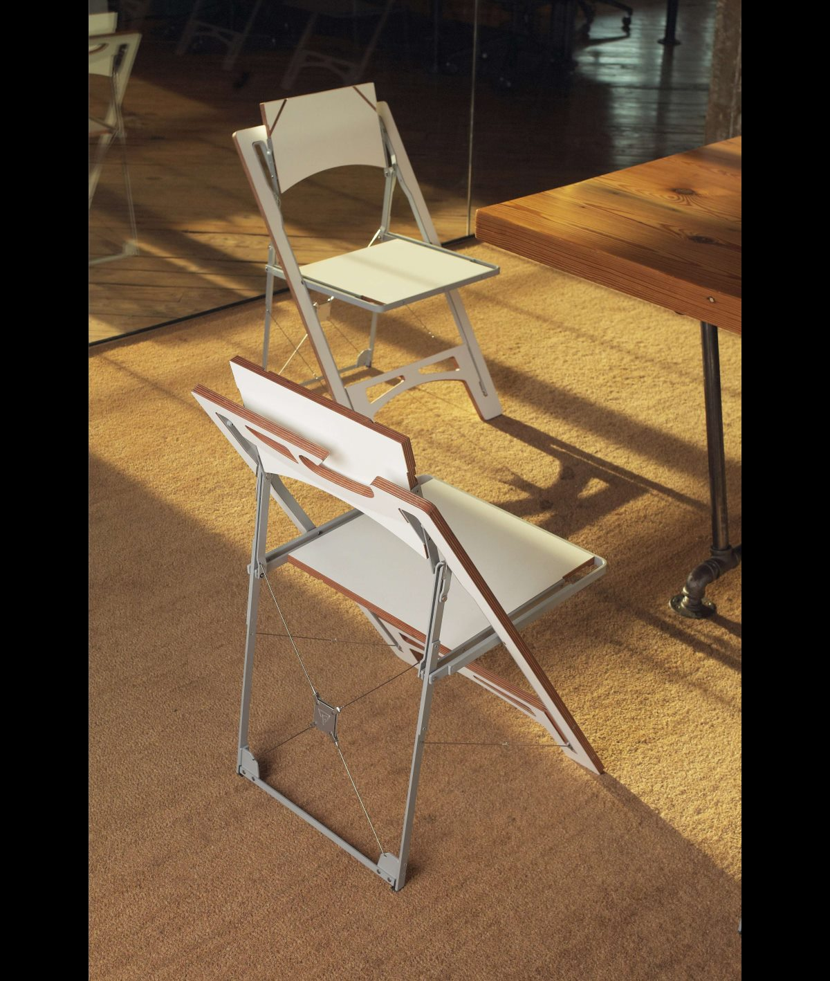 Tilt folding chair red - rear angle